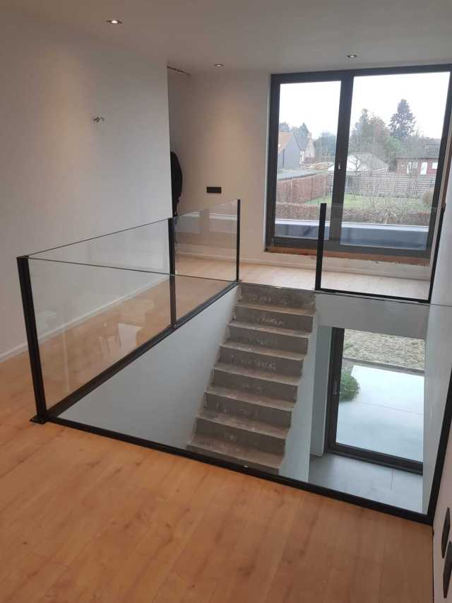 Pglas - Glazen balustrade extra klaar gelaagd glas opbouw zwarte paaltjes 001