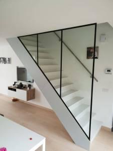Pglas - Glazen wand trap driehoek helder glas zwarte profielen 001