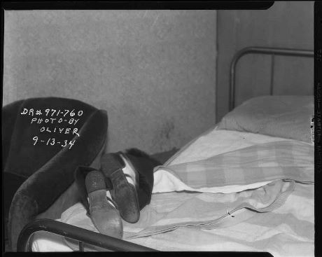 Victim's feet hanging off bed, 1934 © LAPD, Image courtesy of Fototeka