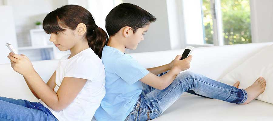 6 Striking Things Every Cancer Patient Had In Common: Picture of two kids making use of their phones
