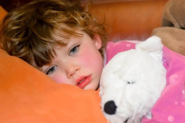 Wysoka gorączka jest możliwym objawem rzadkiego wieloukładowego zespołu zapalnego.  Jest to związane z Covid-19 i prawdopodobnie również ze szczepieniami.  / Zdjęcie: Adobe Stock / Image'in