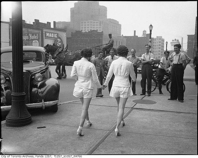 6-photos-anciennes-de-femmes-jambes-nues
