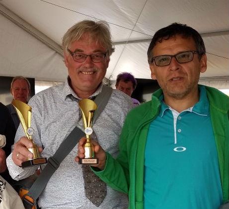 Carlos en Bert tonen als winnaars hun bekers