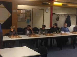 spelers van op eigen wieken wachten op hun beurt in de simultaan tegen John van der Wiel