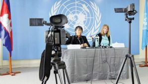 UN Special Rapporteur Rhona Smith (right) speaks to the press in Phnom Penh last month.
