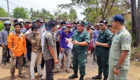 Authorities talk to villagers in Preah Vihear province earlier this week after community members were summoned for questioning regarding at land dispute. Photo supplied