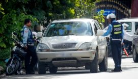 Police stop the driver of a vehicle in Phnom Penh last year. Yesterday during a meeting Om Yentieng apologised to Sar Kheng for his criticism of corrupt traffic police.