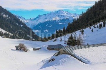 Le hameau de Laval sous la neige, en montant vers le refuge de la Coire
