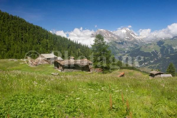 Le hameau de Bramanette devant les sommets de la Vanoise