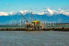 Cabane de pêcheur devant les Alpes Apuanes