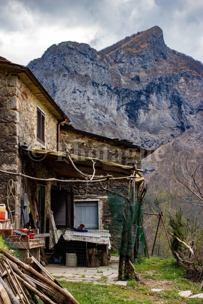 Une maison italienne devant les falaises Apuanes