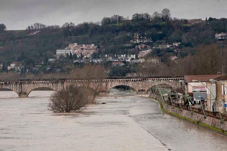 Les flots impressionnants  sous les arches du pont   canal.©photo Patrick Clermont