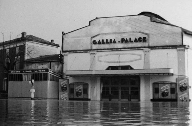 Inondations en 1952 devant le cinèma Le GALLIA©photo archive Patrick Clermont