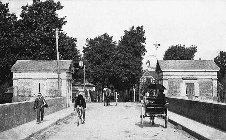 Le pont de Pierre avec l'entrée coté Agen