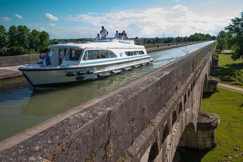AGEN - Navigation sur le Pont Canal -