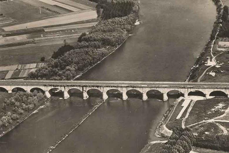 Vue aérienne du Pont-Canal en 1950