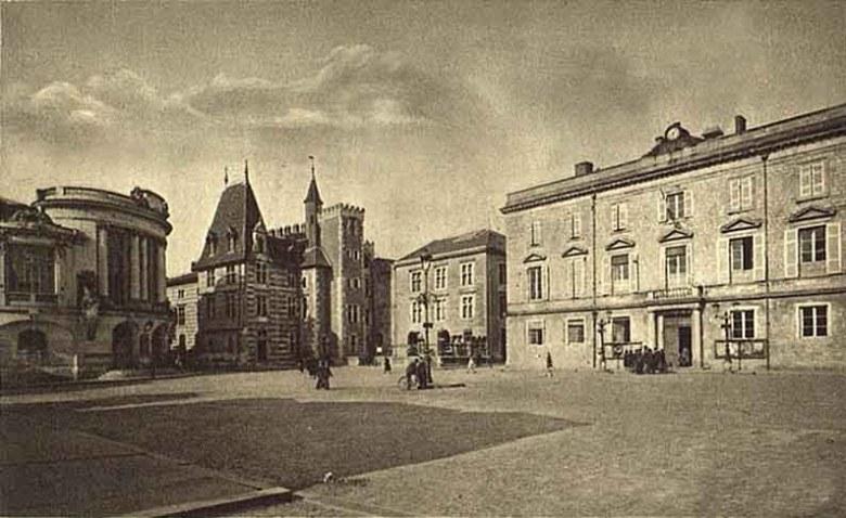 place-de-la mairie-en-1920