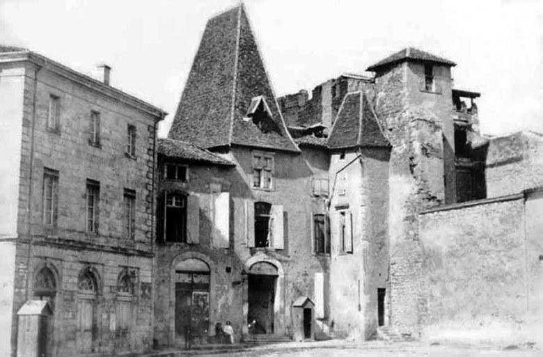 Théâtre originel à gauche et Hotel d'Estrade avant le percement de la rue Molière en 1869
