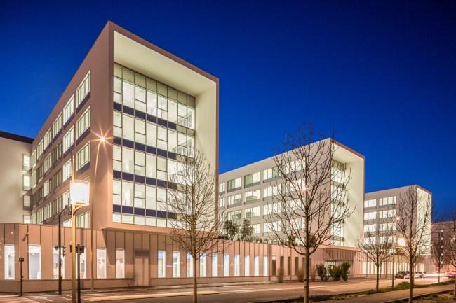 Façade du bâtiment Safran de nuit à Toulouse - Architecture Design