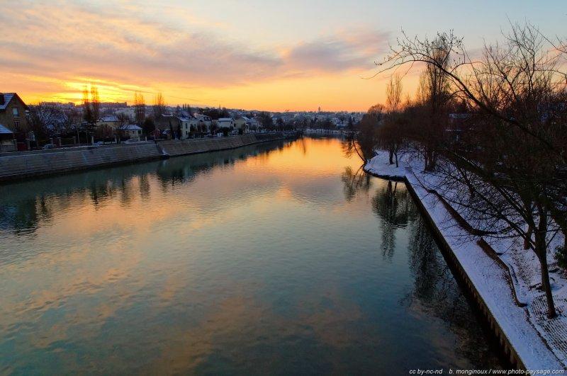 Un matin au bord de la Marne  - La Marne au niveau des communes  de Bry-sur-Marne (sur la gauche) et du Perreux (sur la droite). Val de Marne, France