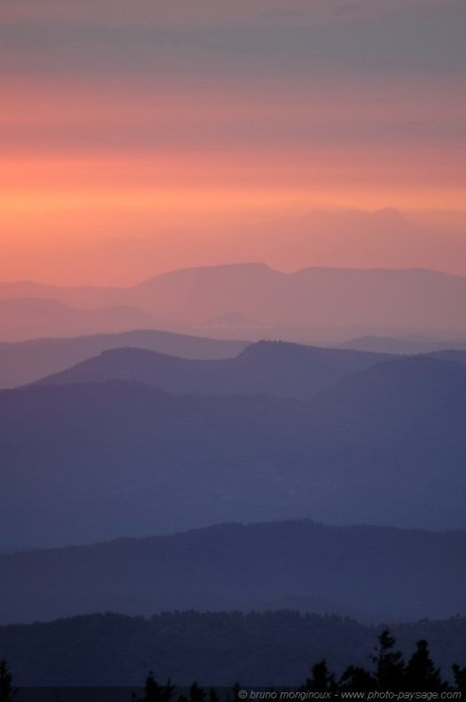 Lueurs de l'aube et brumes matinales au-dessus des Cévennes