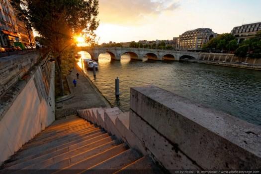 Coucher de soleil au-dessus du Pont-Neuf, photographié depuis le quai de l'Horloge (Île de la Cité, Paris)