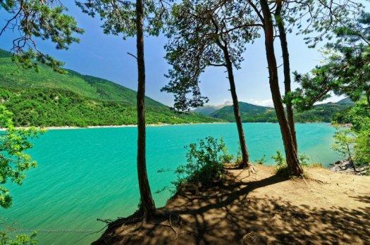 Vue sur le lac de Monteynard-Avignonet depuis le sentier forestier qui le surplombe sur une partie du parcours.