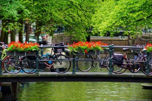 Vélos à Amsterdam sur une passerelle au-dessus d'un canal