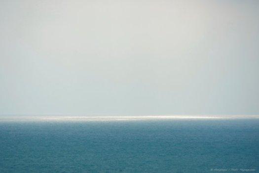 Brume sur l'océan atlantique photographiée depuis la pointe Saint-Martin, un escarpement rocheux qui domine la ville de Biarritz.