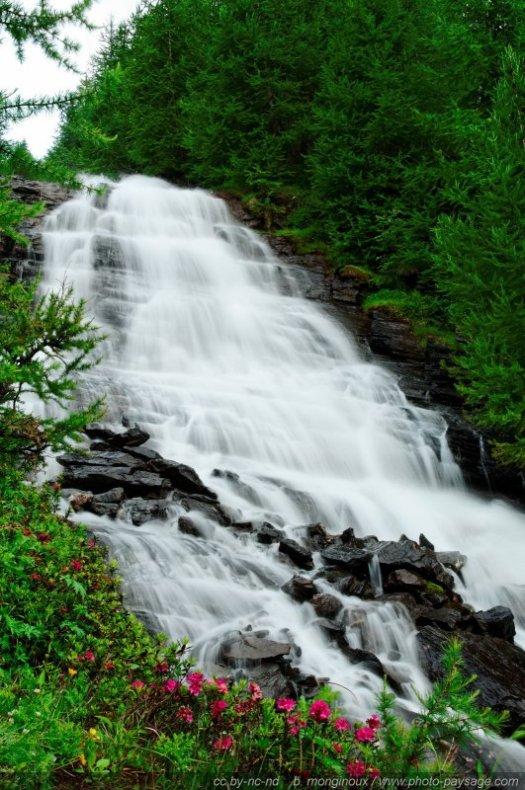 Vue d'ensemble de la grande cascade dans la vallée de Narreyroux
