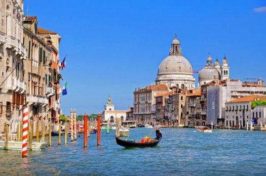 Gondoles sur le grand canal de Venise - en arrière plan le dôme de la Basilique Santa Maria della Salute Venise, Italie