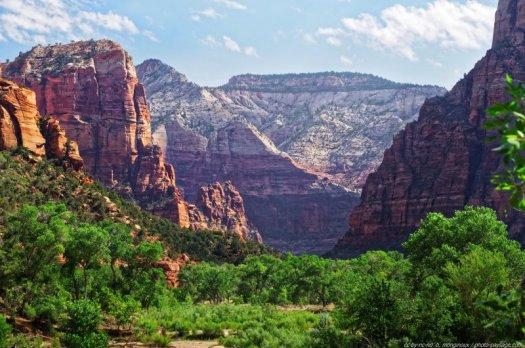 Zion. Un immense canyon creusé par la rivière Virgin, des falaises vertigineuses qui surplombent la rivière, de superbes contrastes de couleurs, et tout ce qu'il faut pour combler les amoureux de la nature et autres adeptes de la randonnée à pied ou même à cheval. Zion est un des parcs nationaux les plus fréquentés des USA.