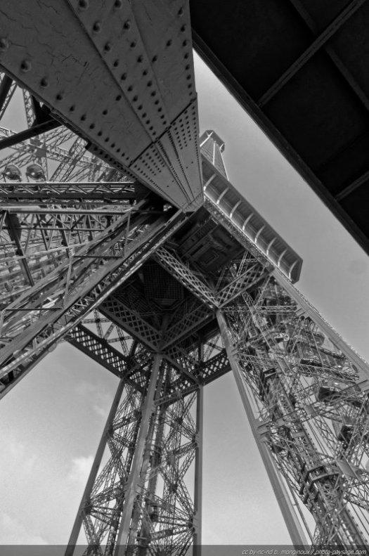 Vue du sommet (et du 2° étage) de la Tour Eiffel depuis le 1er étage.