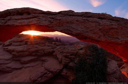 Le soleil embrase de ses rayons la Mesa Arch (Canyonlands, Utah)