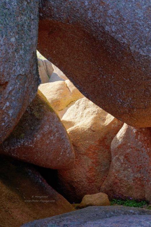Rayons de soleil entre les rochers de granit rose Trégastel, Côtes-d'Armor, Bretagne