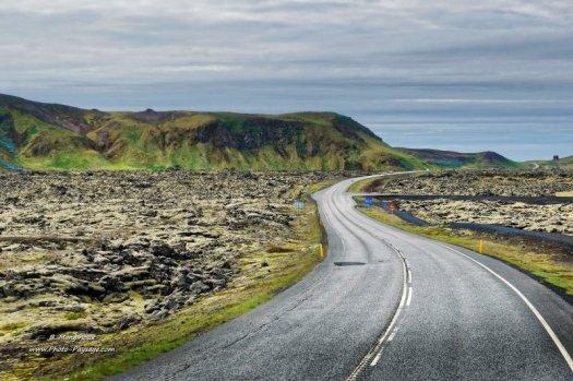 Une route au milieu d'un paysage volcanique, photographiée en Islande, à proximité de Reykjavik.