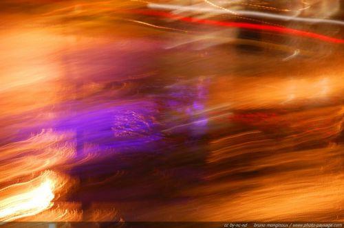photo abstraite flou bougé couleurs et lumières noctures