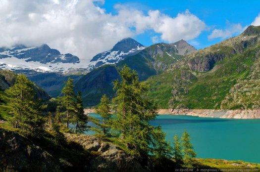 Un magnifique paysage de lac de montagne : le lac de barrage d'Emosson (Alpes Suisses).