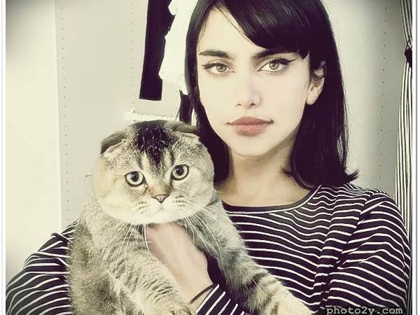 كويتيات بنت كويتية مشهورة بجمال عيونها عيون القط على الانستقرام