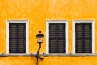 3 Fenster und Laterne - PHOTOGALERIE WIESBADEN - im süden - fenster und türen
