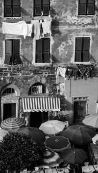 Fenster und Sonnenschirme (sw) - PHOTOGALERIE WIESBADEN - im süden - fenster und türen