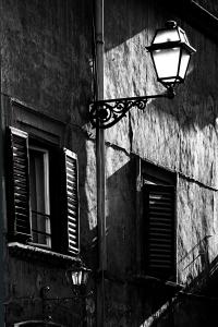 Laterne und Fenster (sw) - PHOTOGALERIE WIESBADEN - im süden - fenster und türen
