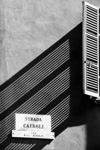 Schattenstreifen (sw) - PHOTOGALERIE WIESBADEN - im süden - fenster und türen