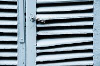 geschlossener Fensterladen - PHOTOGALERIE WIESBADEN - im süden - fenster und türen