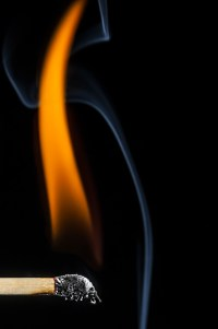 streichholz entflammt 1 - PHOTOGALERIE WIESBADEN - flamme rauch formen