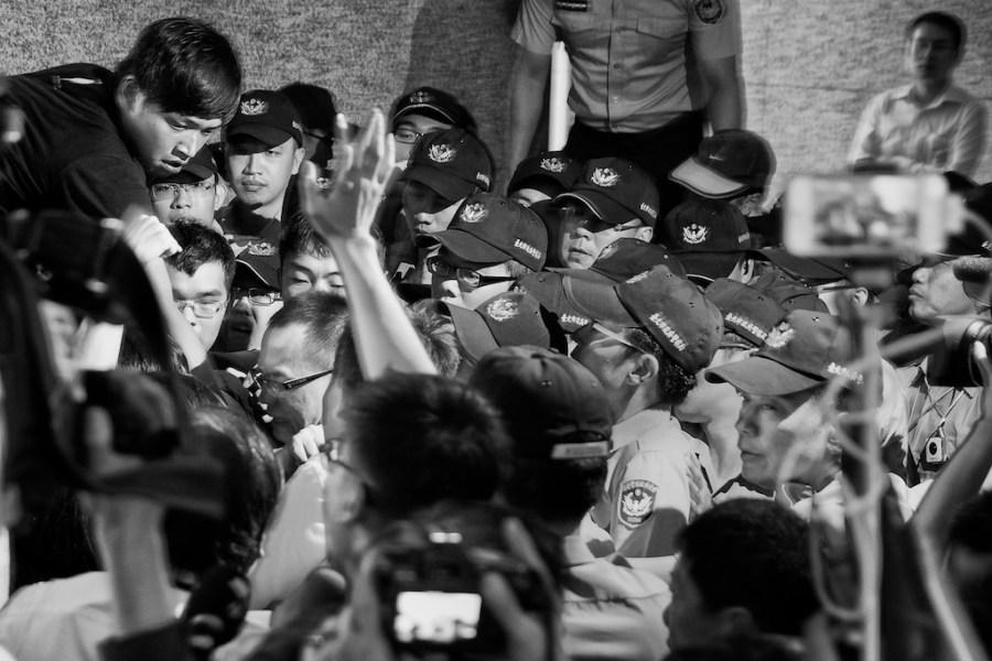 Taiwan's students block Hong Kong Office in Taipei