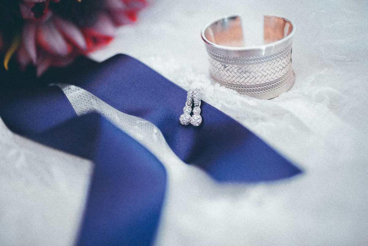 detalle fotografico de decorados para la novia sobre una cama