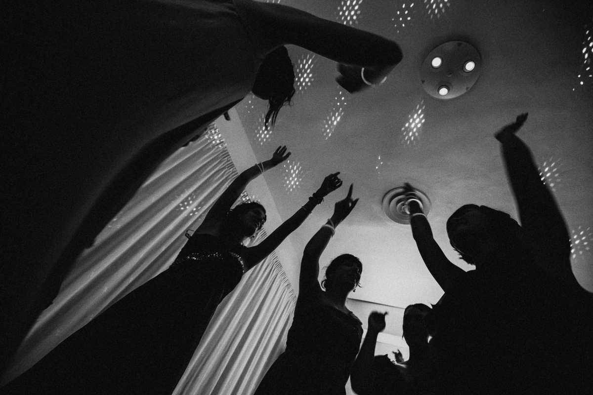 fotografia cenital en momento del baile de una boda de los invitados en blanco y negro en la sala de fiestas del hotel na xamena en ibiza