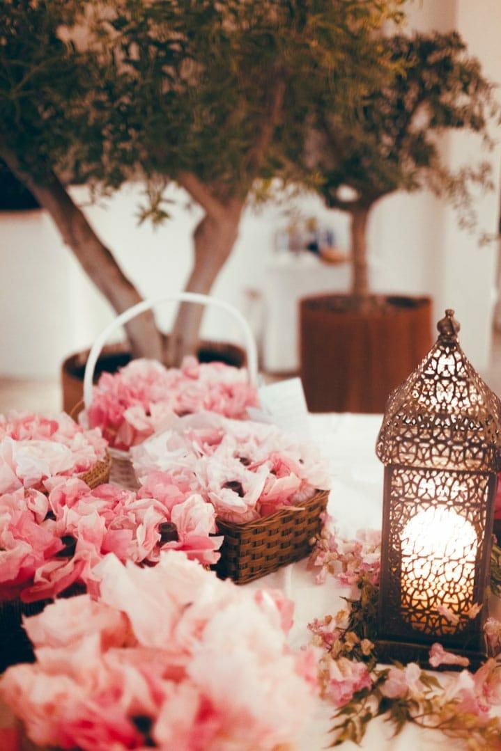 fotografia de detalles florales de rosas en restaurante de ibiza