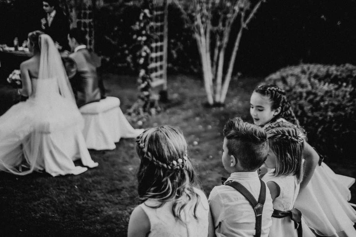 fotografia documentada en momento de ceremonia con ninos y novios en el altar en el jardin de restaurante de ibiza